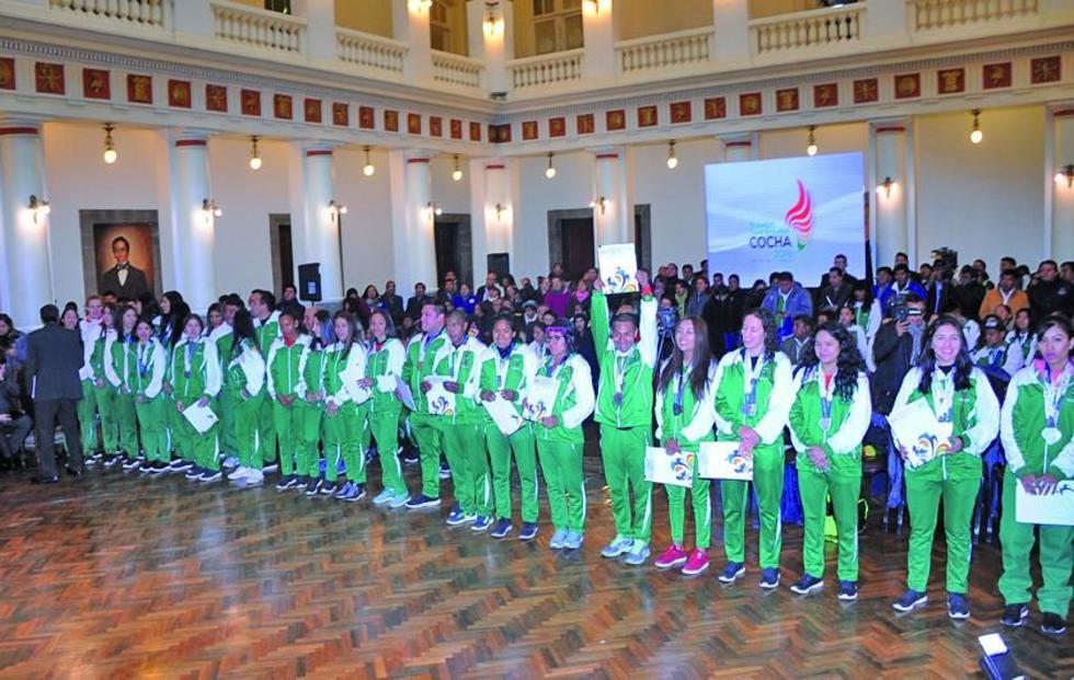 Los deportistas durante el acto en Palacio de Gobierno.