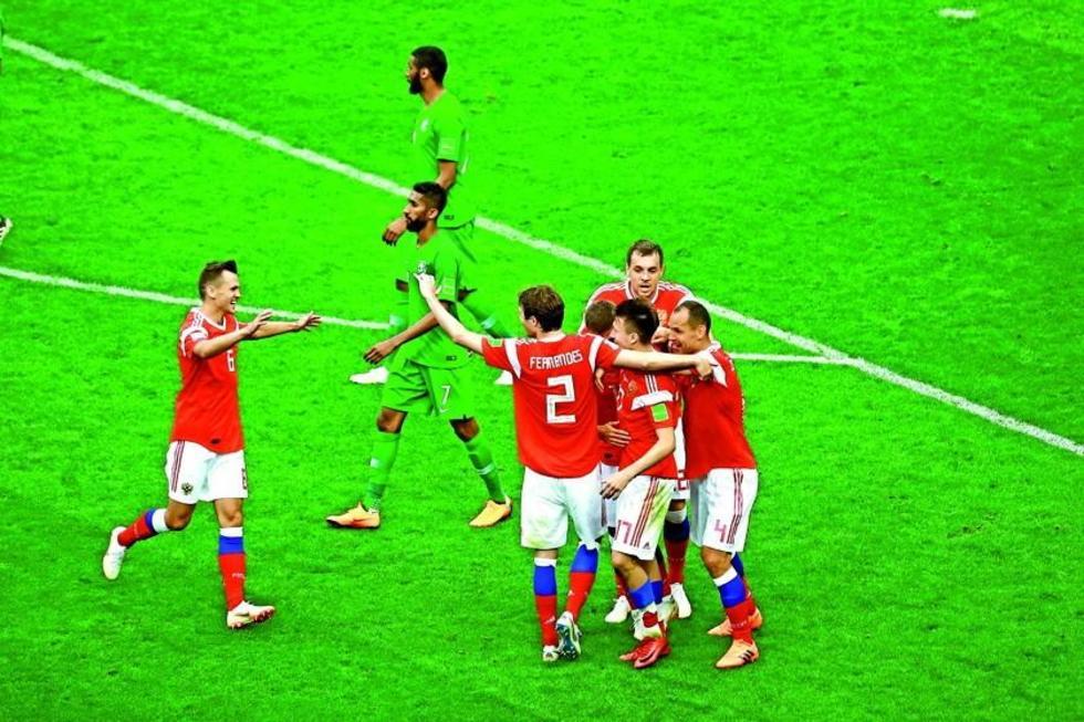 El centrocampista Alexandr Golovin (c) celebra con sus compañeros tras marcar el 5-0