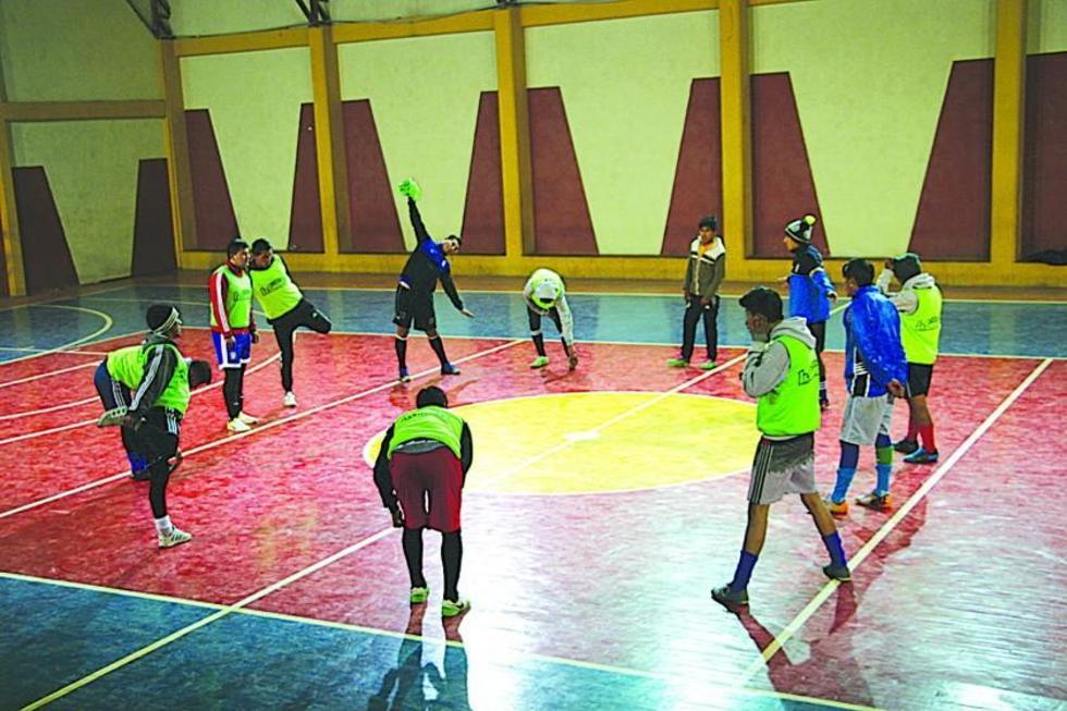 Los jugadores se preparan para la práctica.