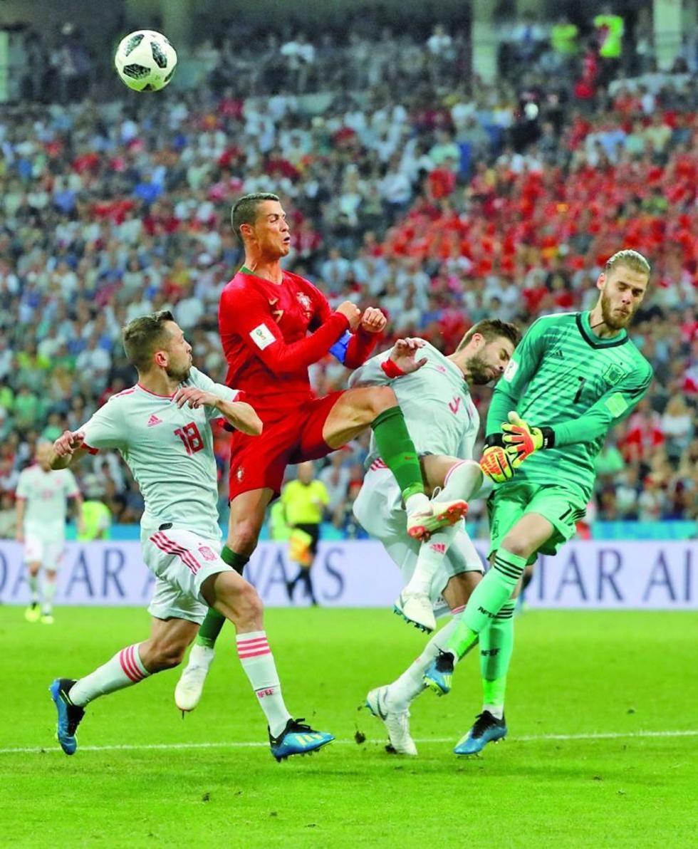 El portero español De Gea trata de quedarse con el balón.