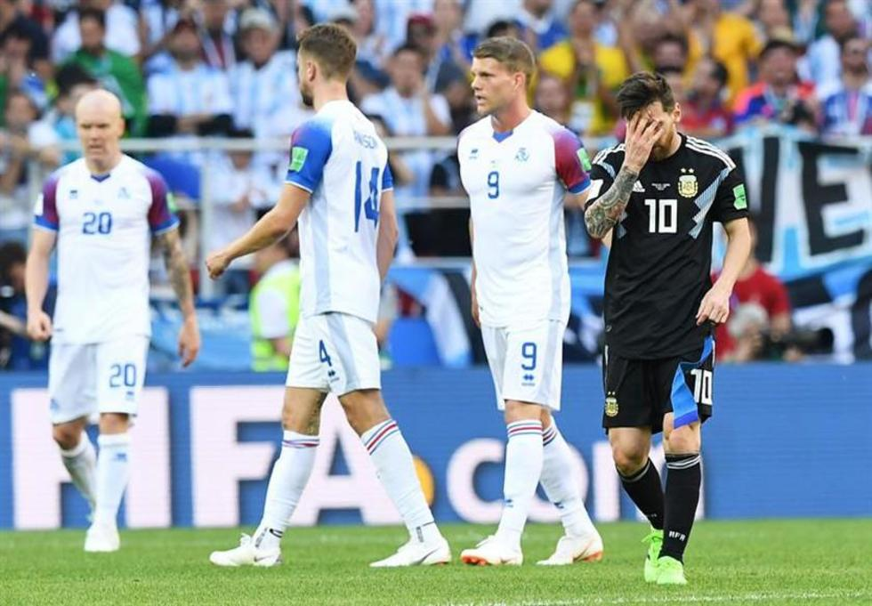 El argentino Leo Messi (d) lamenta el empate.