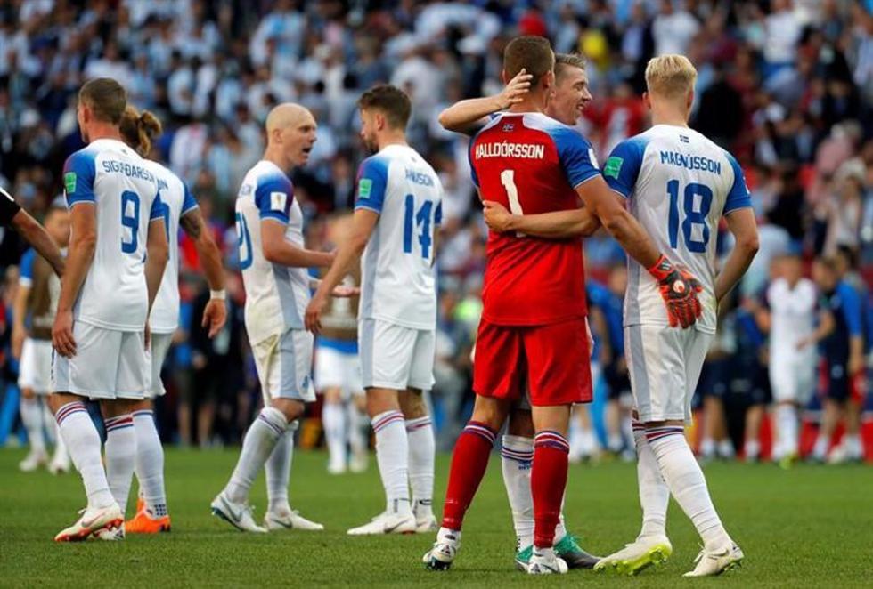 """Los jugadores del cuadro de los """"Vikingos"""" festejan la igualdad al final del partido."""