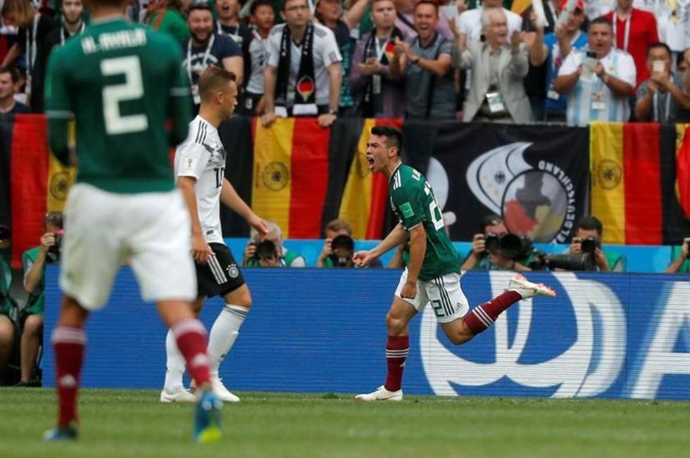 El futbolista mexicano Hirving Lozano celebra su gol.