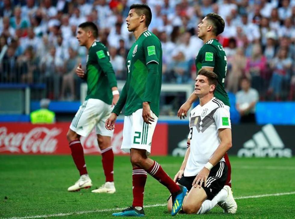 El delantero alemán Mario Gómez se lamenta tras un remate fallido.