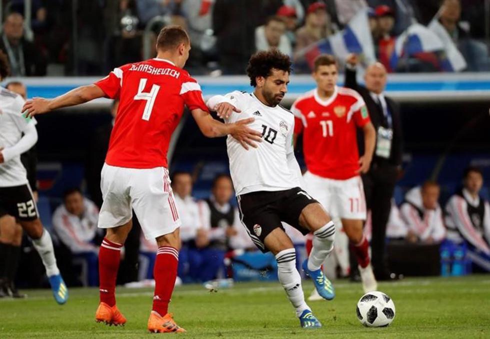 El futbolista egipcio Mohamed Salah controla el balón.