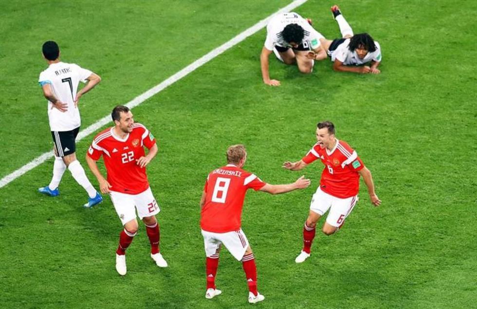 Cheryshev (i), de Rusia, festeja su gol con sus compañeros.