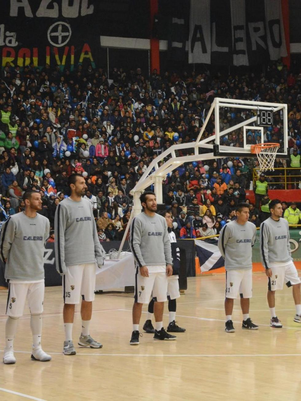 Los jugadores del campeón nacional durante el clásico.