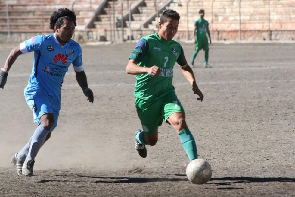 El delantero de Ferrocarril, Diego Ardaya (d) en la jugada del gol.