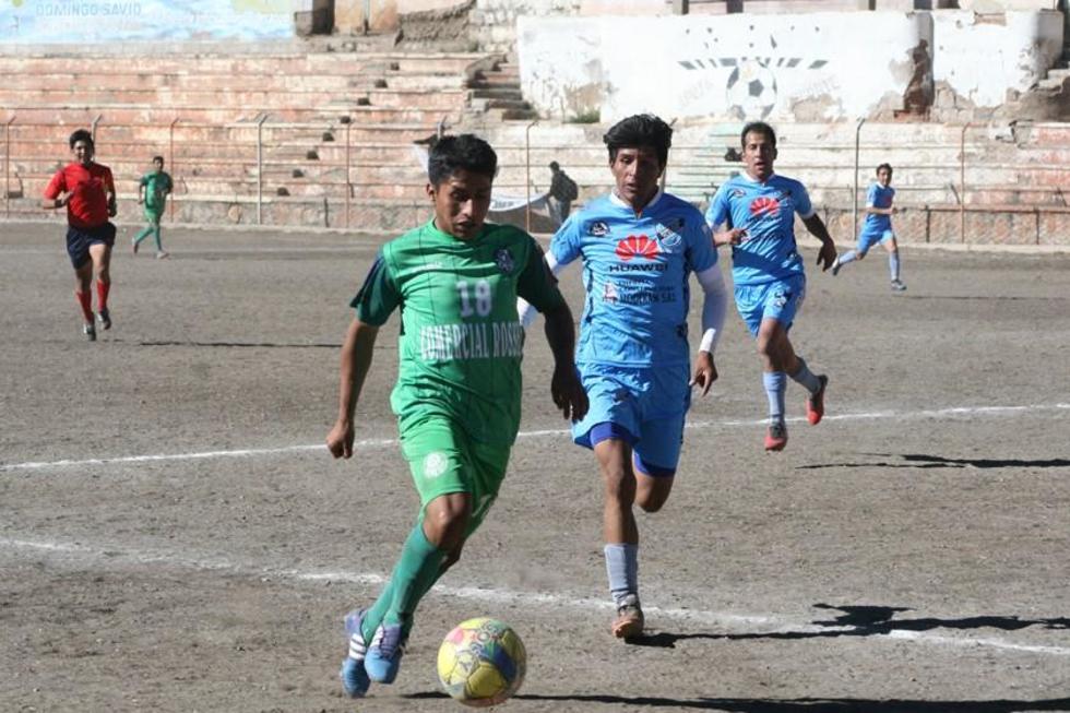El jugador Eduin Mamani, de Ferro Palmeiras, controla el balón.