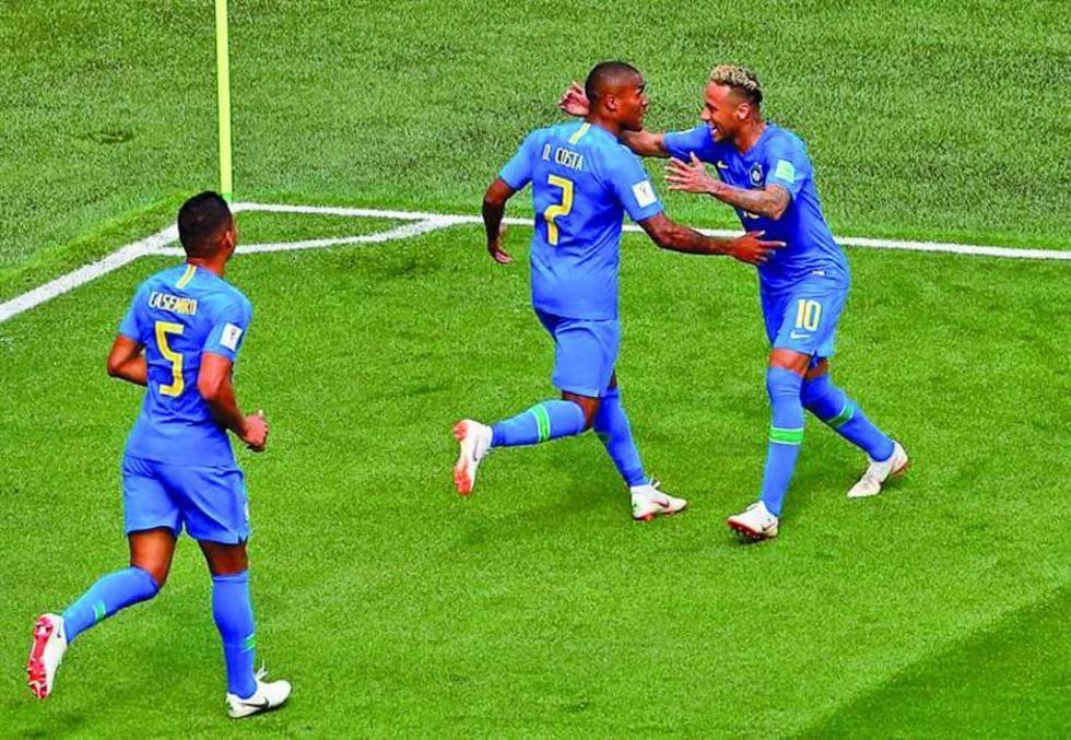 Neymar (d) celebra su gol con sus compañeros.