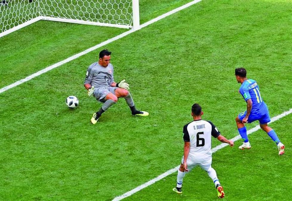 Philippe Coutinho durante la jugada de su gol.