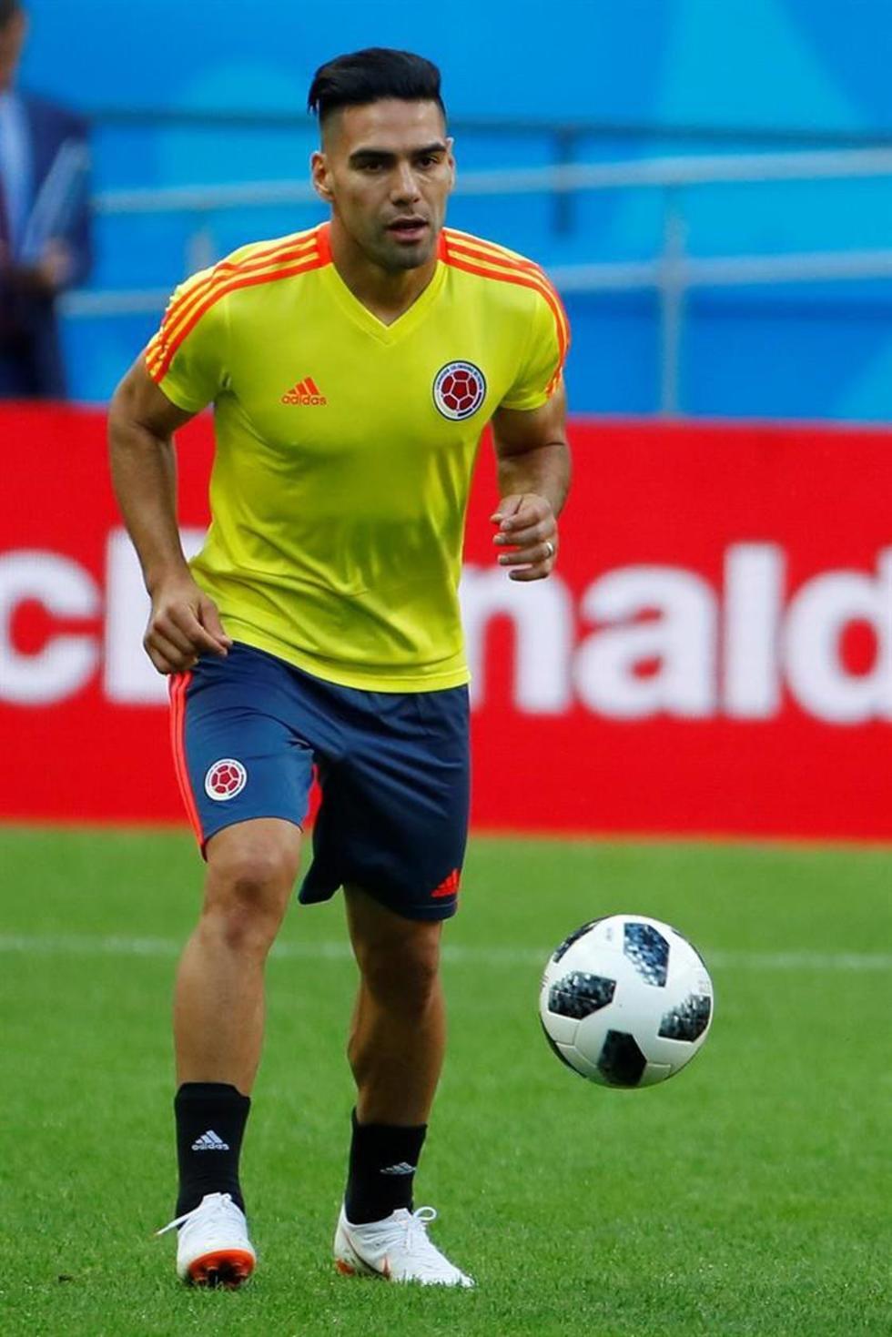 Radamel Falcao, de Colombia controla el balón en la práctica.