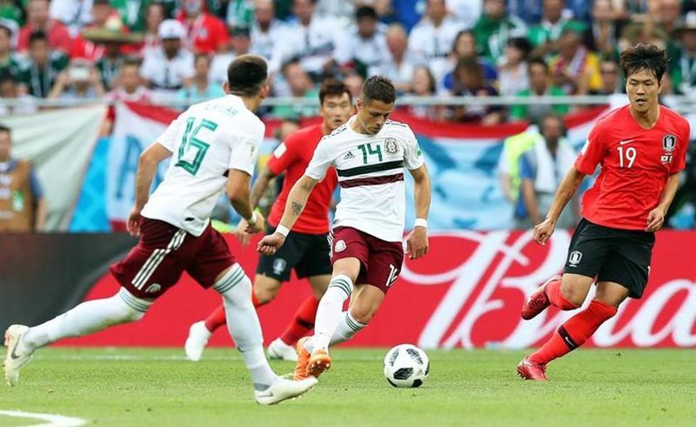 """El jugador mexicano Javier """"Chicharito"""" Hernández (c) anotó el segundo gol del partido."""