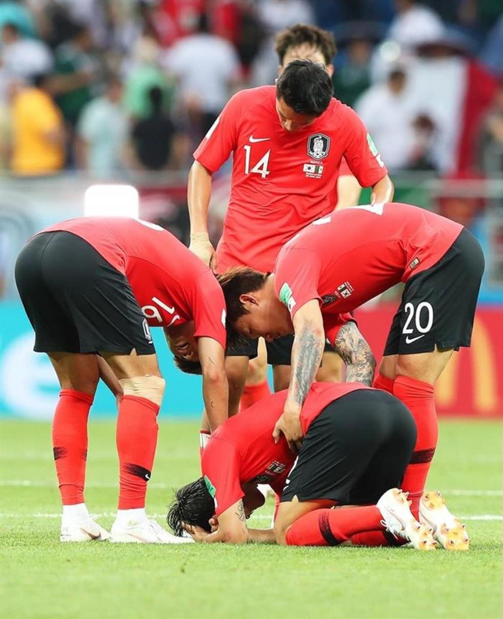 Los jugadores coreanos lamentan su derrota.