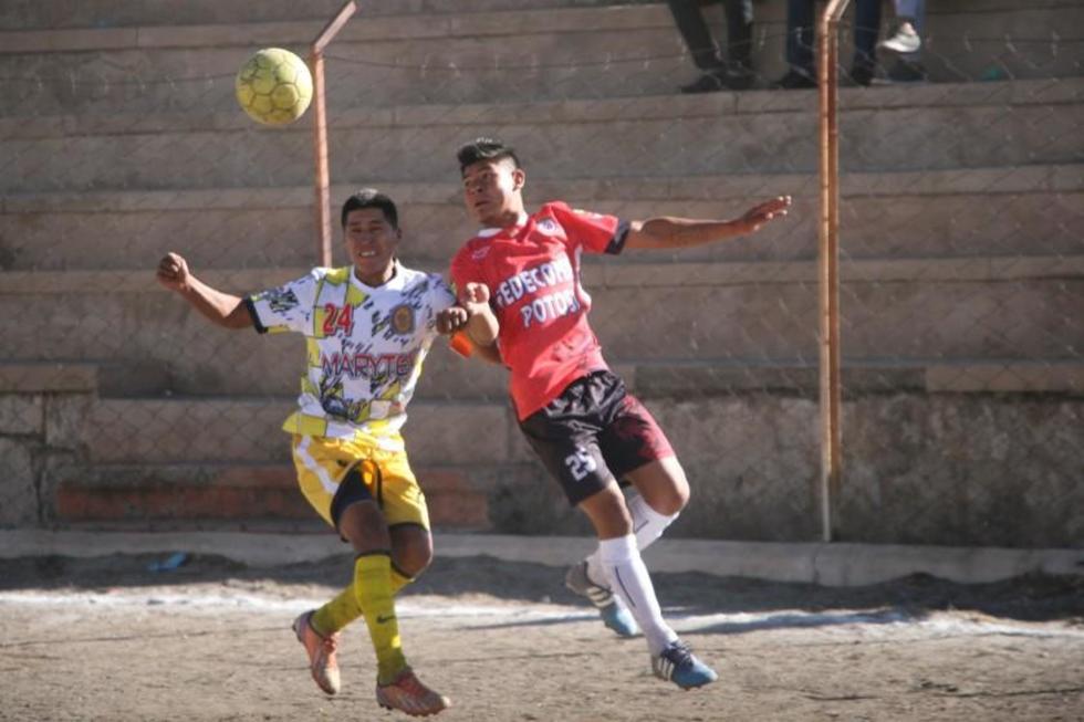 Gusbert Flores, de Rosario y Delmer Garcia, de Wilster, disputan el bolón.