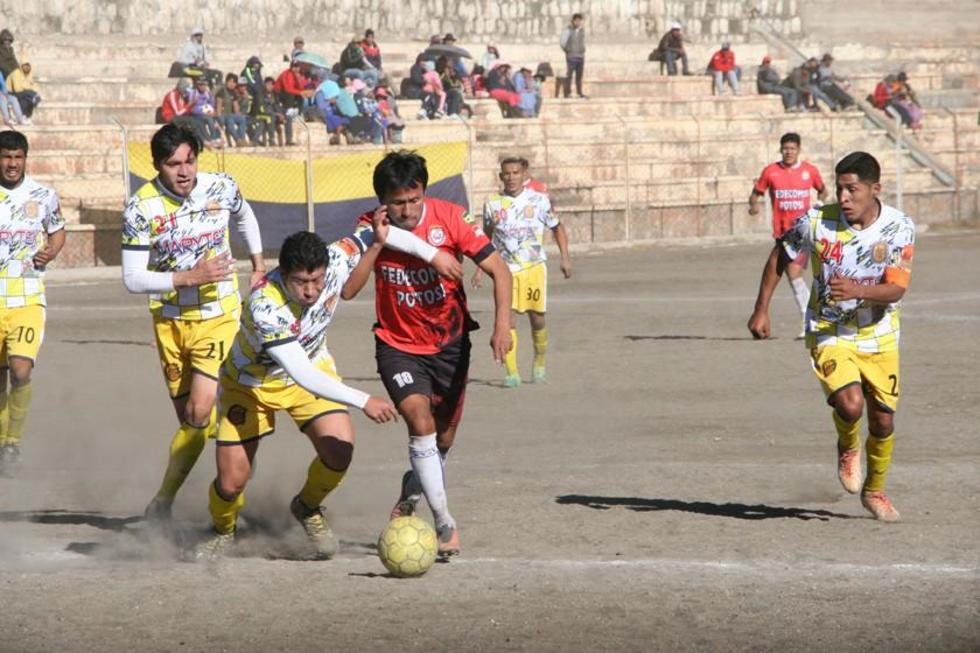 El defensa Edson Martínez, de Rosario, autor de uno de los goles, quita el balón a Pastor Torres, de Wilster.