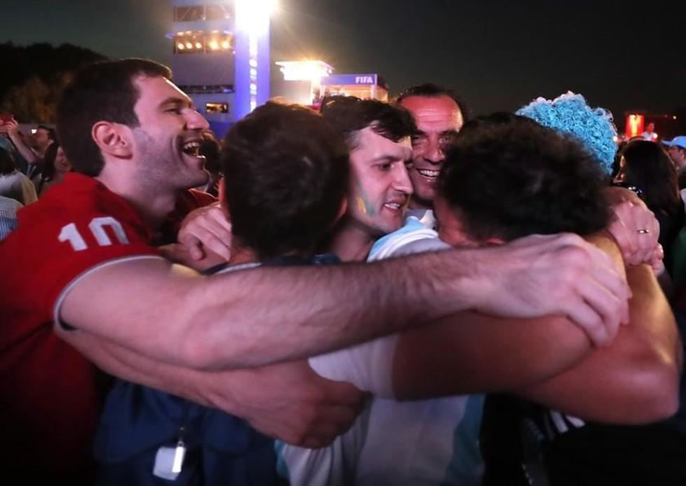Con llanto de por medio los hinchas argentinos festejaron la victoria.