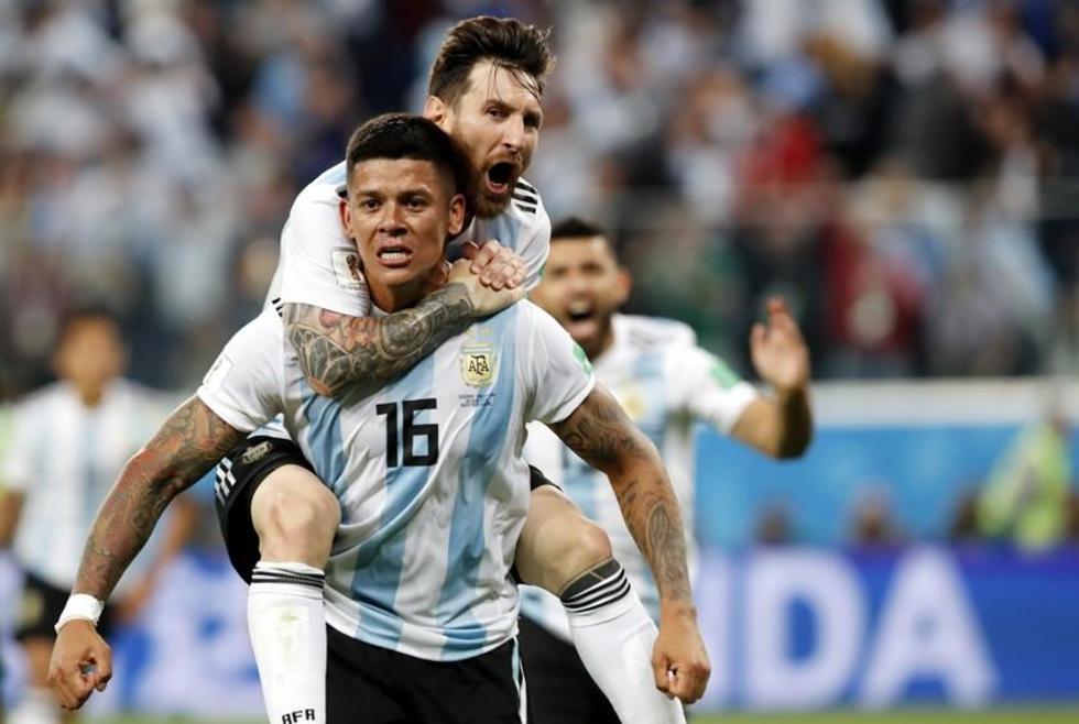 Marcos Rojo celebra con Lionel Messi el gol de la clasificación.