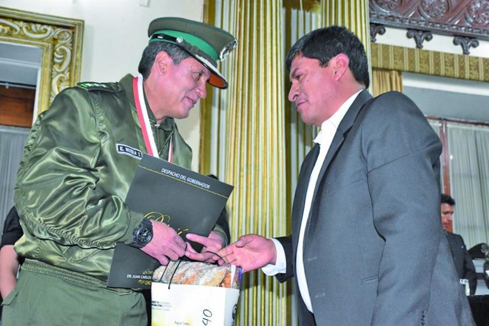 El mayor Eduardo Rivera entrega el reconocimiento al doctor Cejas.