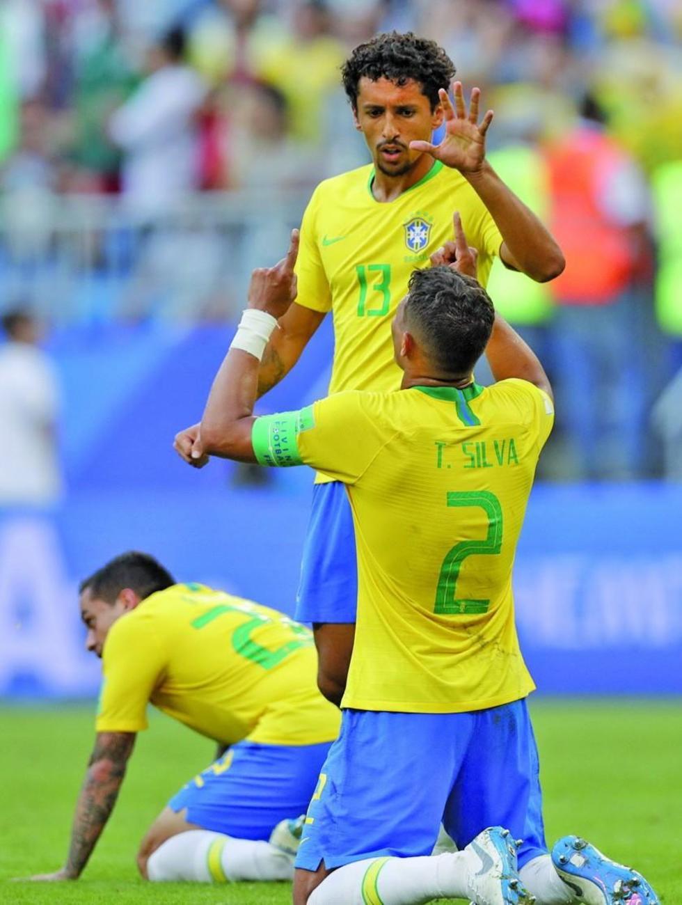 Thiago Silva(d) festeja el triunfo junto a sus compañeros.