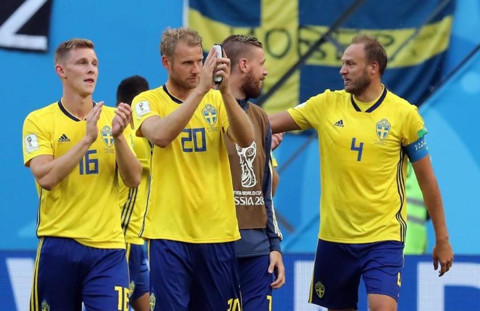 Los suecos saludan a su afición.