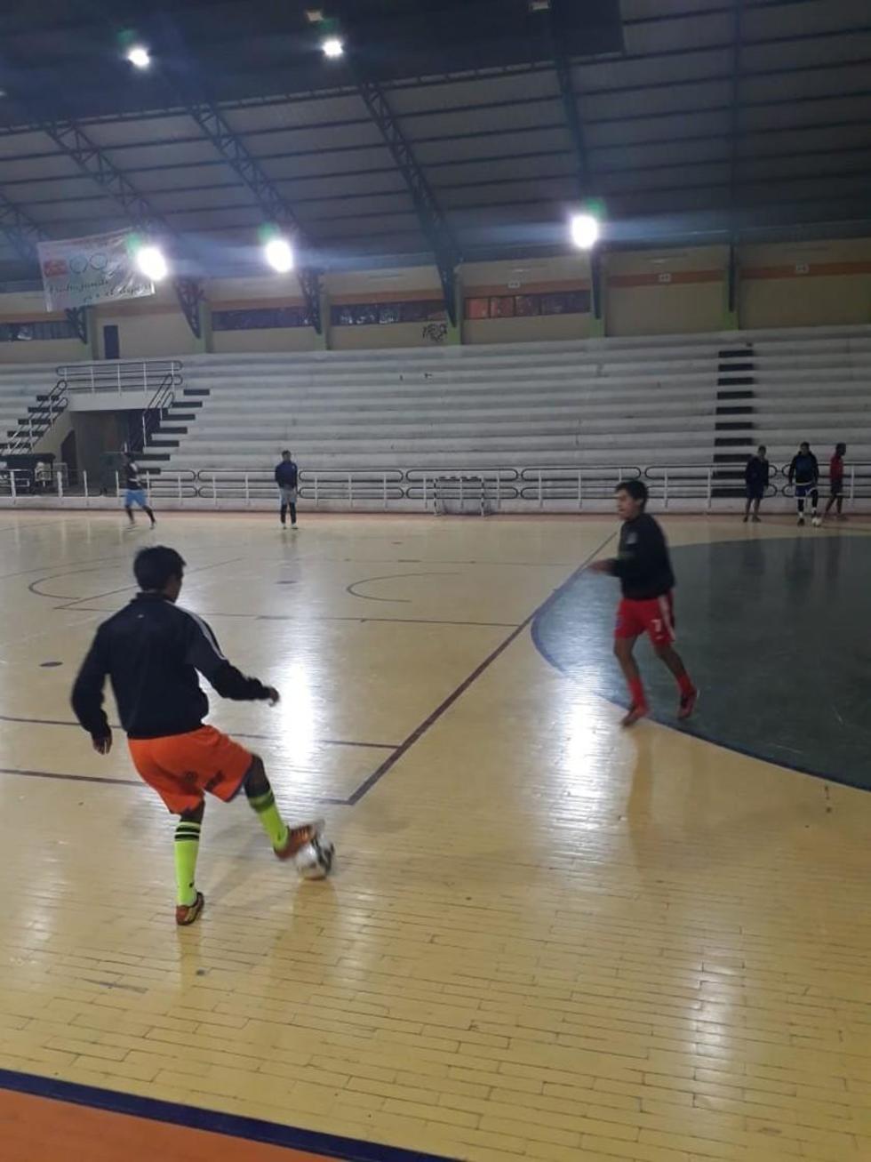 El técnico del equipo potosino, Gonzalo Barea, se enfoca en el trato de la pelota de sus dirigidos.