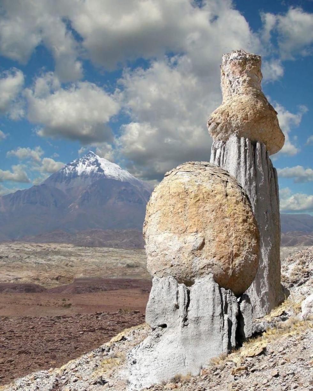 Dos formas naturales y al fondo el cerro Chorolque.