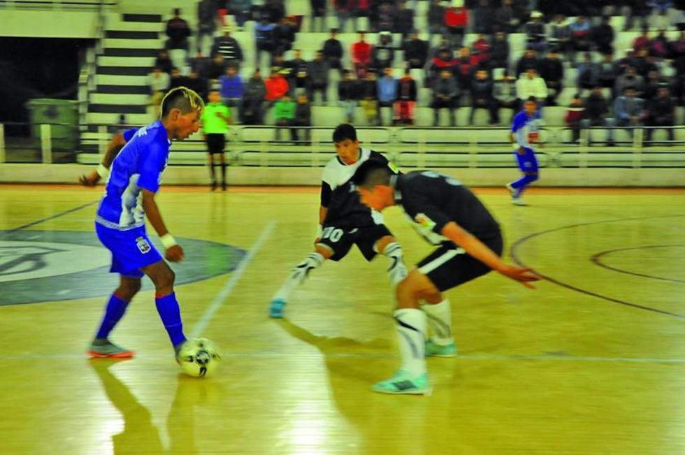 El jugador potosino Rolando Colque controla el balón ante la marca de sus rivales.