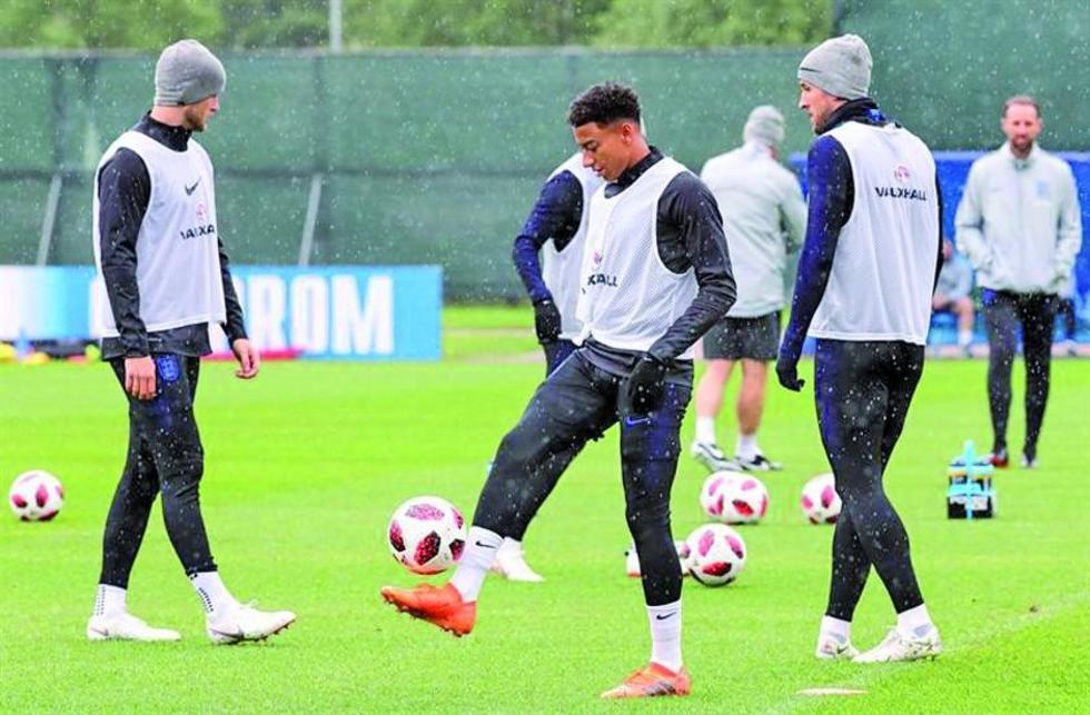 El inglés Jesse Lingard controla el balón.