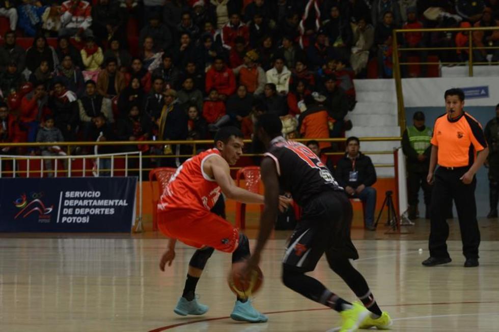 Carlos Romero (i) trata de detener a su rival.