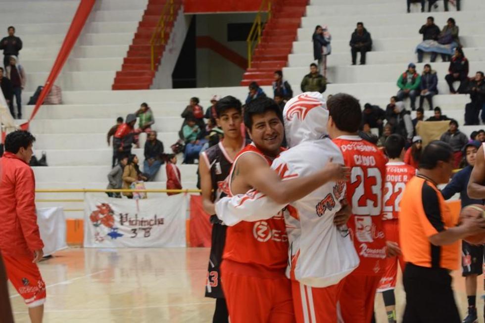 Los jugadores se abrazan para festejar el triunfo.