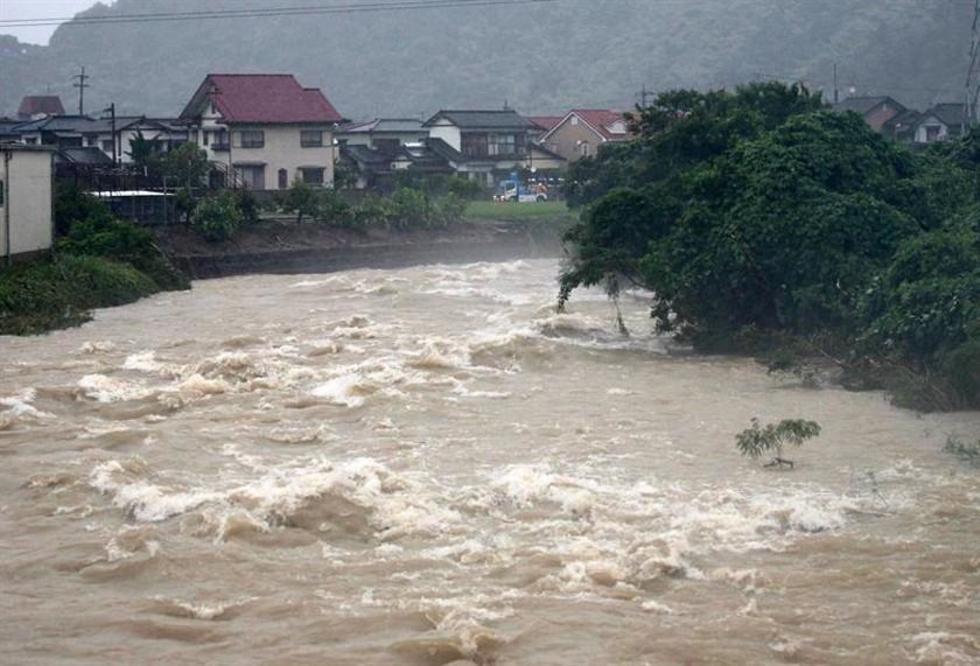 Un río se encuentra al límite de su nivel de inundación y provoca la evacuación de los residentes cercanos en Kitakyushu