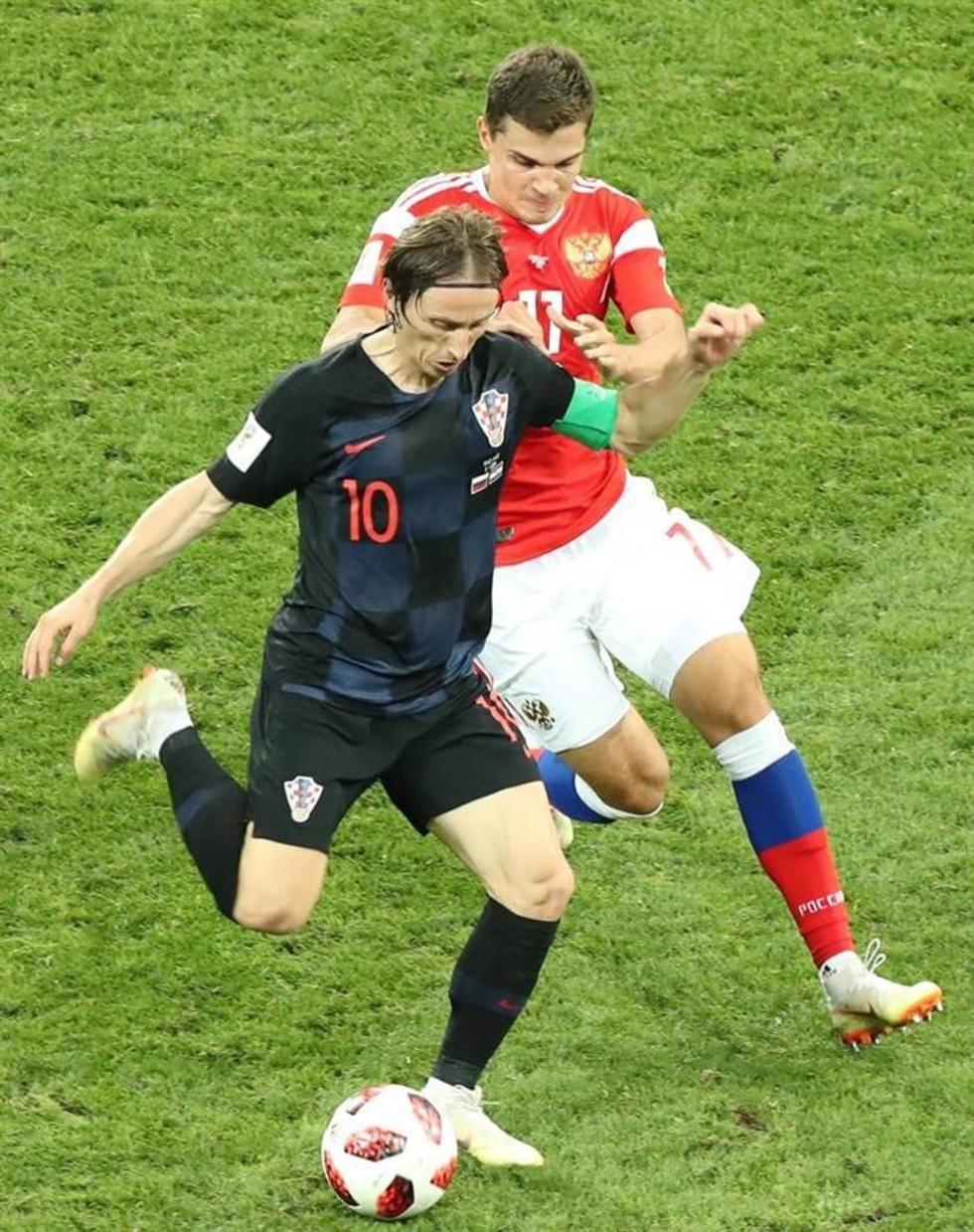 Luka Modric, de Croacia, controla el balón.