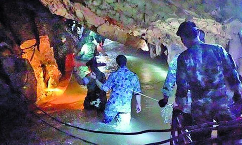 Rescatan cuatro niños de cueva inundada en Tailandia