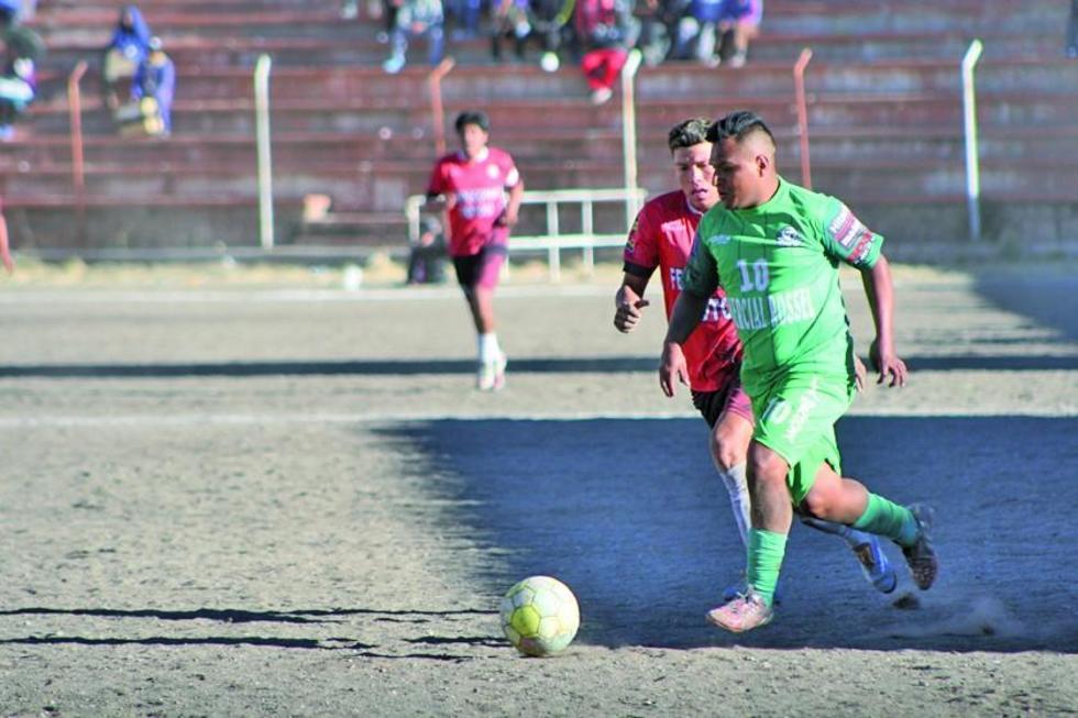 Carlos García, de Ferrocarril Palmeiras, controla el balón.