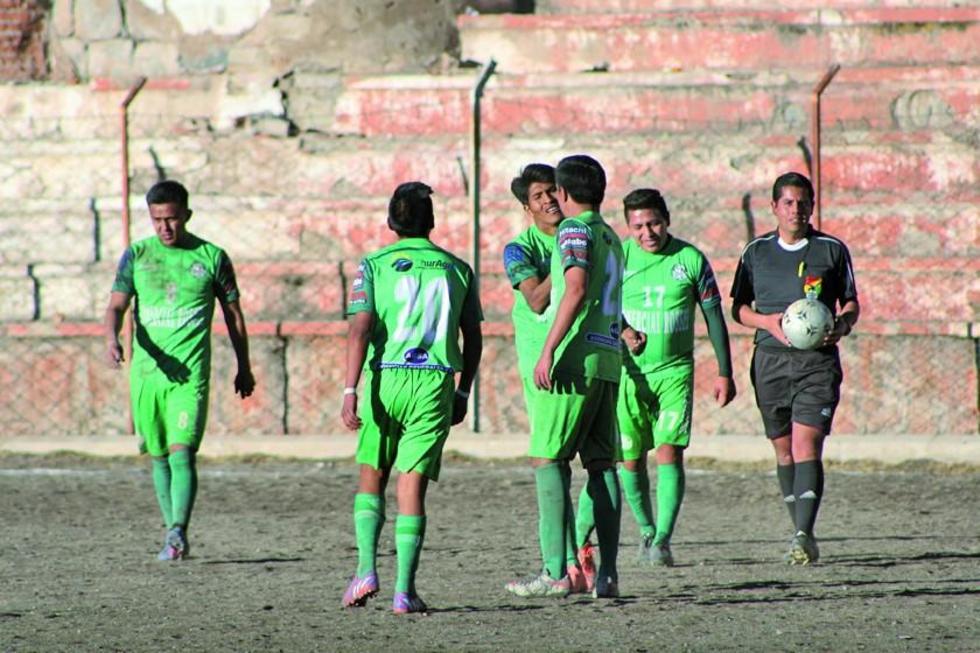 El plantel dirigido por el técnico David Villafuerte celebra el triunfo.
