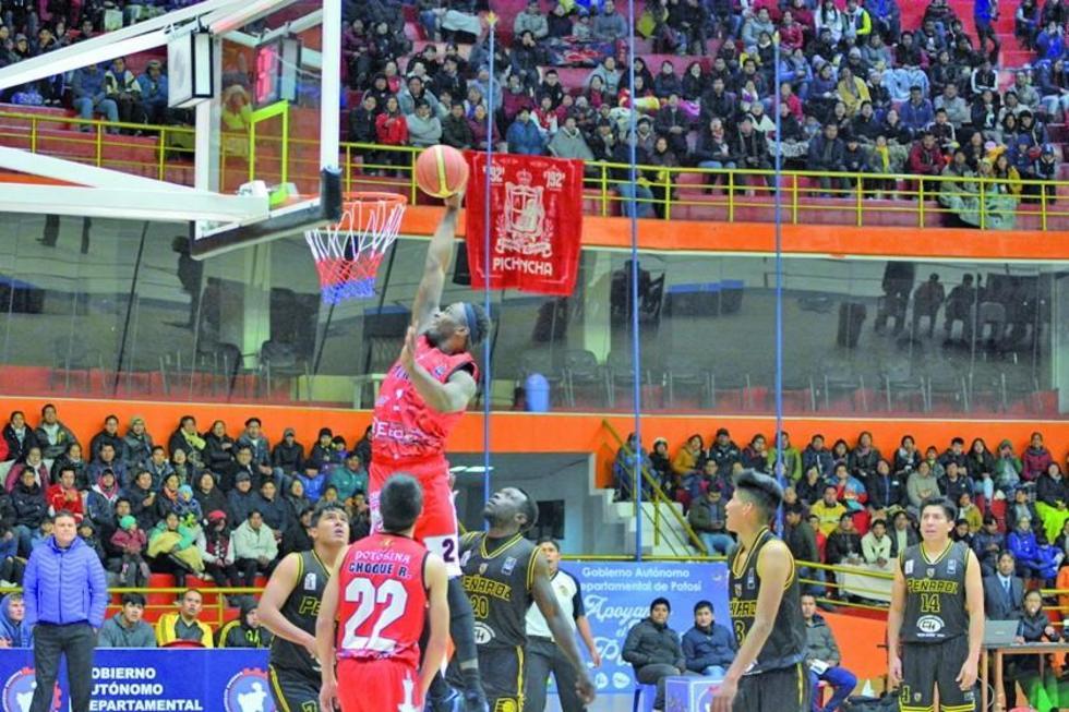 El basquetbolista Denzelle Drye, de Pichincha, asesta uno de sus clavados.