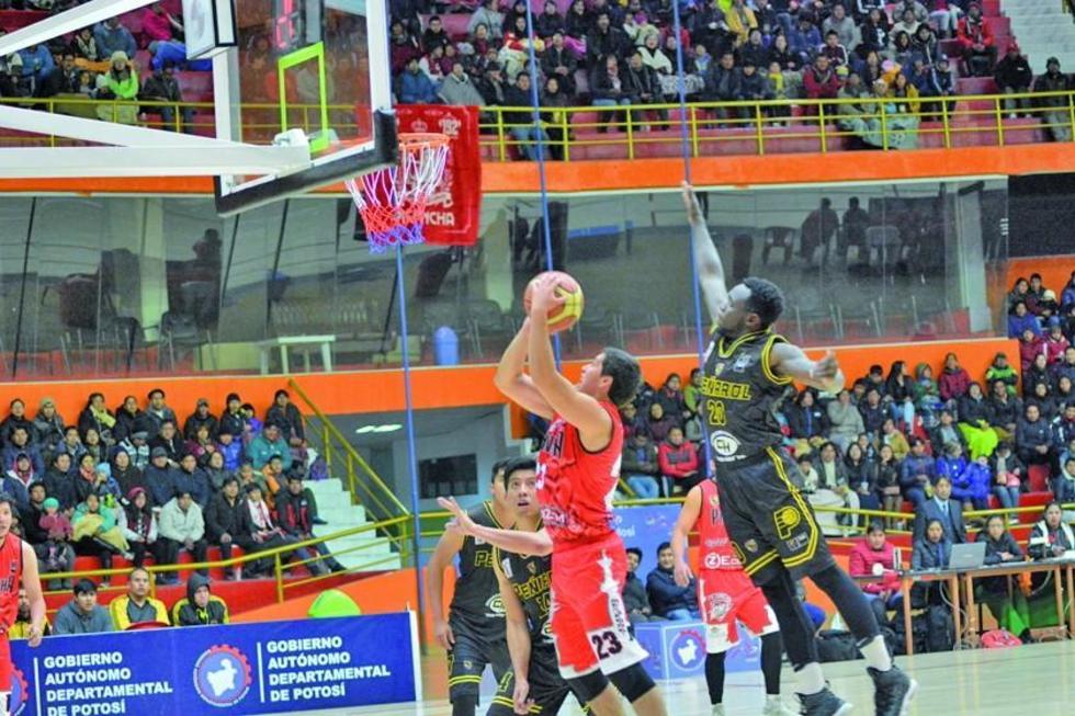 El basquetbolista del equipo potosino René Calvo encesta la pelota.