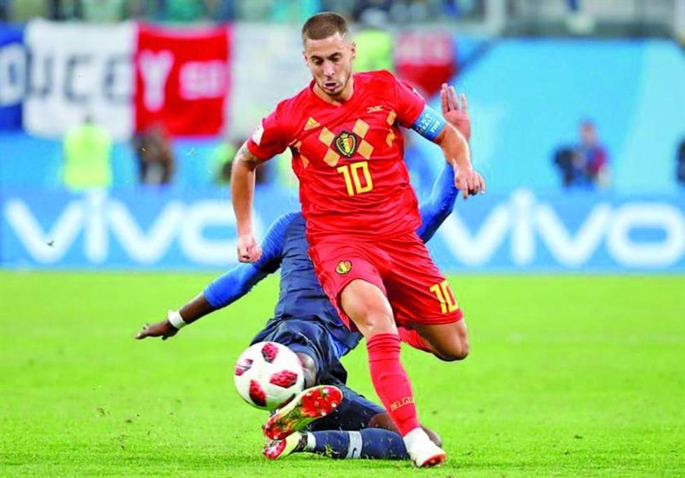 El capitán belga Eden Hazard gana el control del balón.