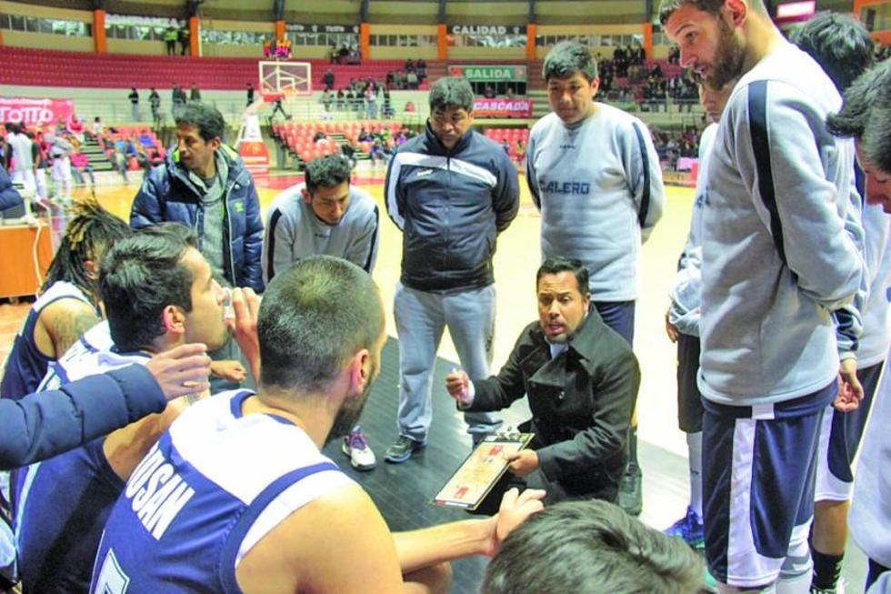 El técnico Giovanny Vargas  da instrucciones a su equipo.