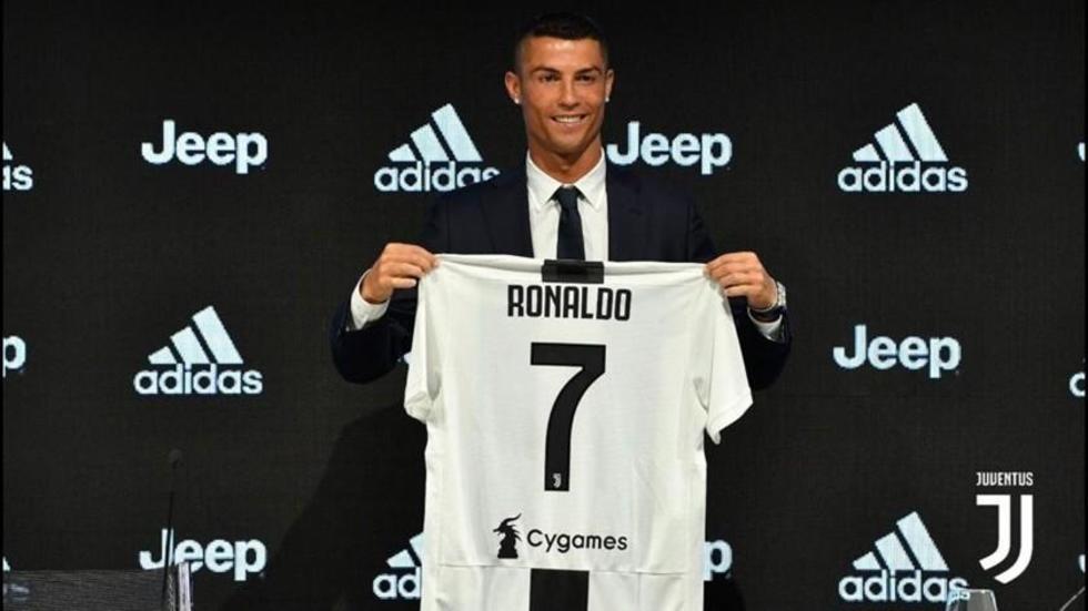 Ronaldo muestra la camiseta que usará en el equipo.