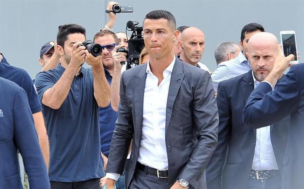 El astro portugués Cristiano Ronaldo asiste a su revisión médica.