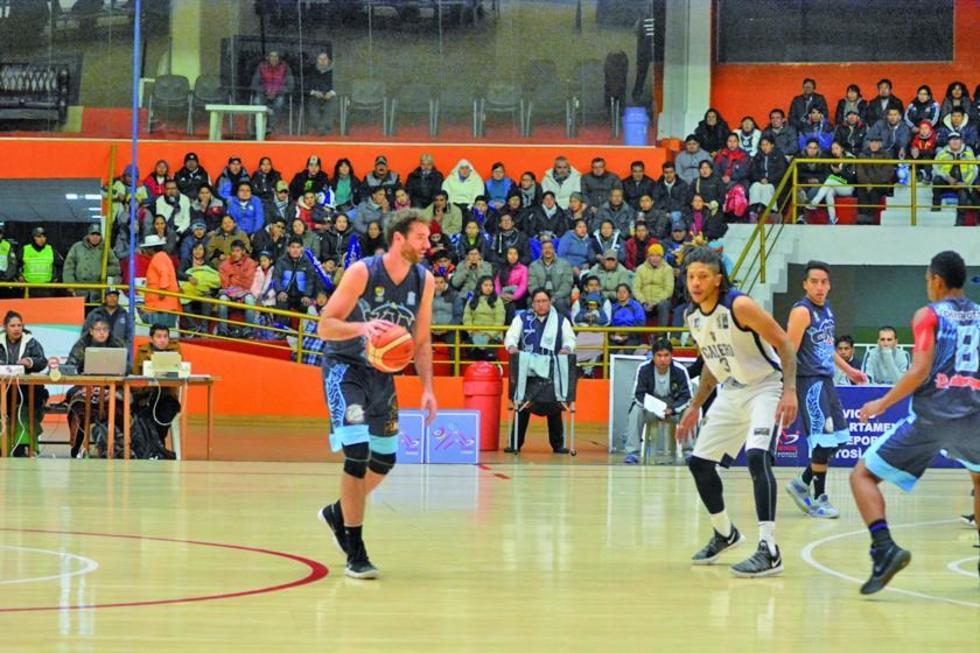El excalereño Agustín Ambrosino domina el balón.