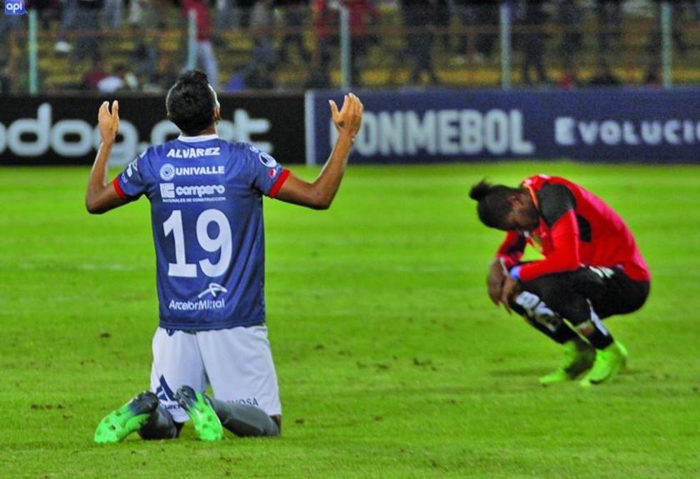 Gilbert Álvarez, de Wilster, celebra su gol.