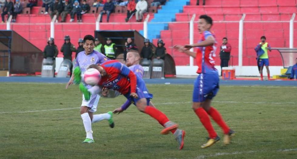 Germán Sosa y Jorge Ayala pugnan por el balón.