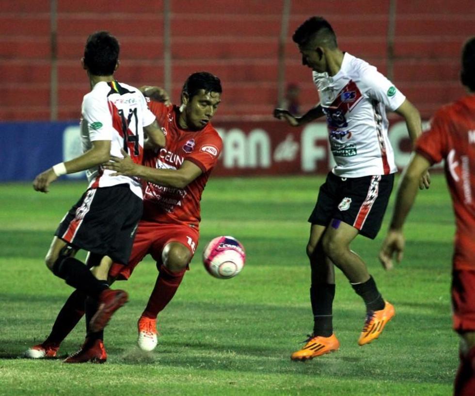 Edson Pérez y Jorge Flores tratan de detener a su rival.
