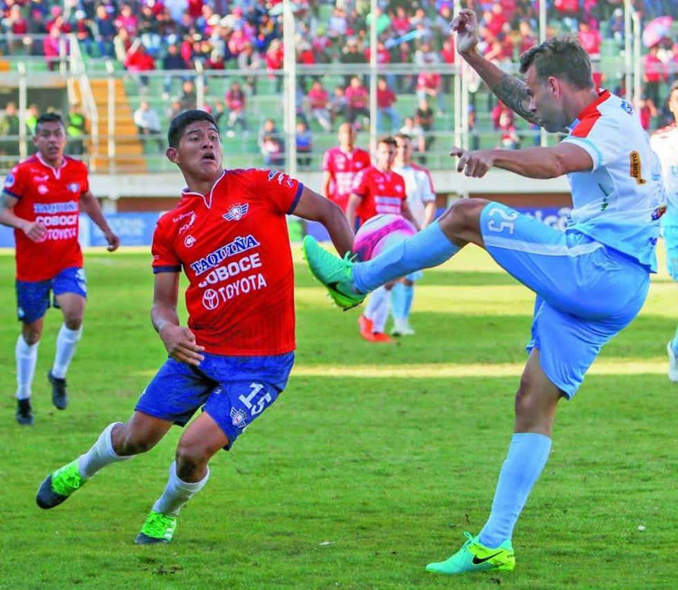 Yerco Vallejos (i) busca quedarse con el balón.