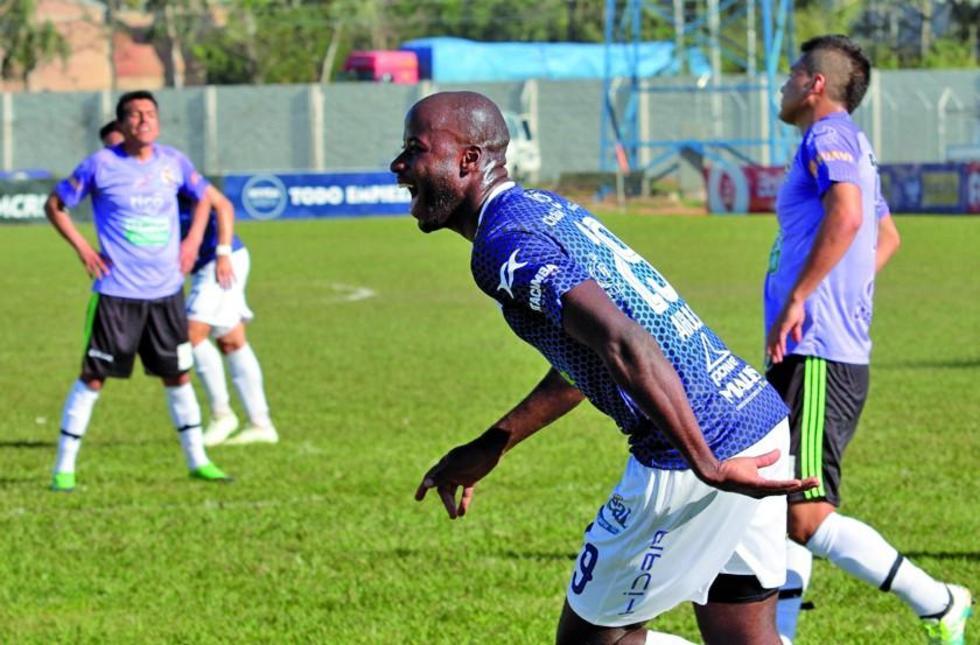 Yoni Angulo, de Sport Boys, celebra su go