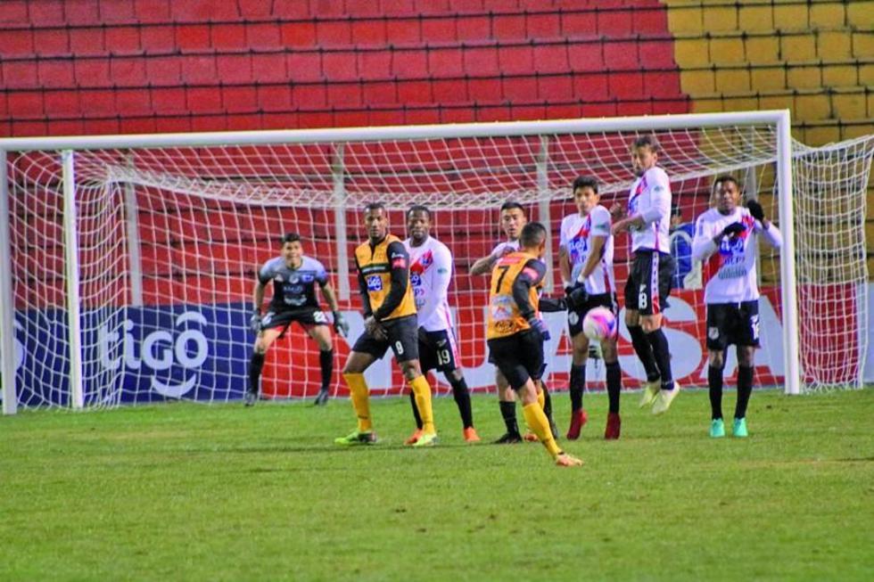 Diego Paz cobra un tiro libre de la visita