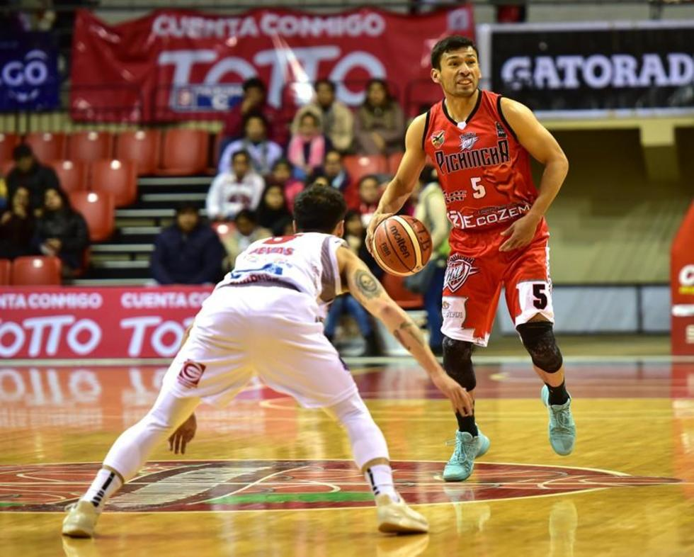 Carlos Romero trata de pasar a su rival.